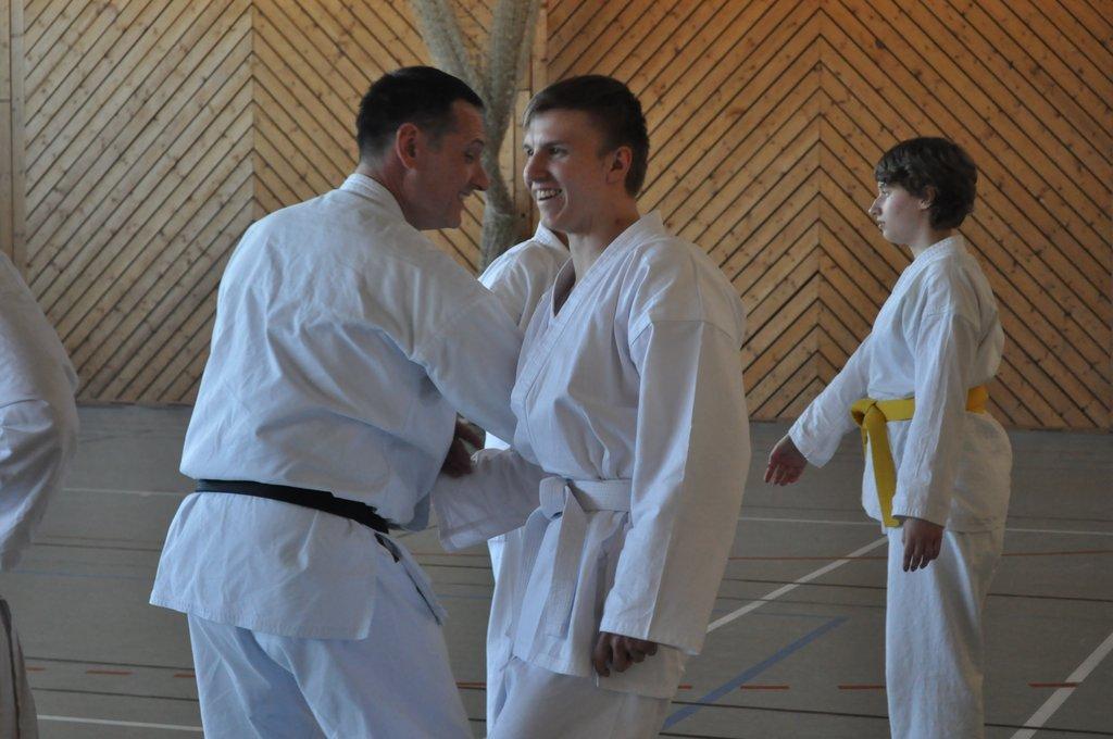 Schüler lacht beim Karate Training